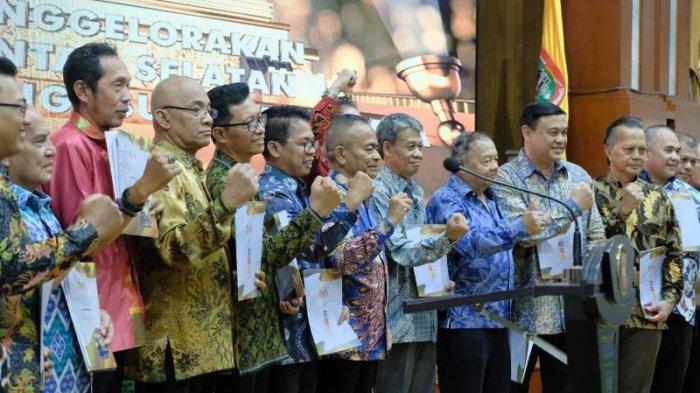 Disaksikan Gubernur Kalsel, PWI Pusat Berikan Press Card Number One Kepada 17 Wartawan Senior