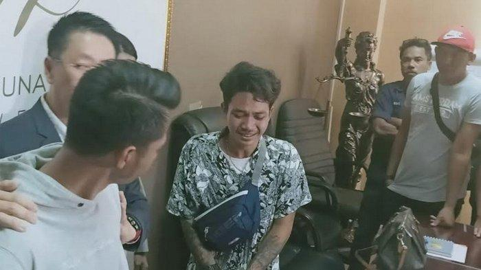 Penjual ikan hias Qary Supiandi meminta maaf sambil menangis kepada Ezo Gionino saat keduanya dipertemukan di kantor pengacara Henry Indraguna di Belezza Office Tower, Permata Hijau, Jakarta Selatan, Rabu (27/11/2019).
