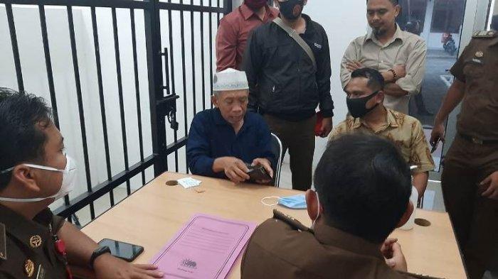 Mantan anggota DPR RI, yang juga terkenal sebagai pelawak, H Nurul Qomar, dijebloskan ke dalam penjara Lapas Kelas IIB Brebes, Rabu (19/8/2020). (Tribun Pantura)