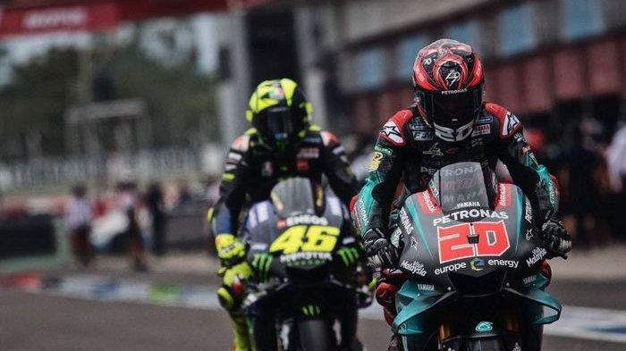Pembalap STR Yamaha Petronas, Fabio Quartararo (depan), bersiap memasuki lintasan balap diikuti pembalap Monster Energy Yamaha MotoGP, Valentino Rossi.