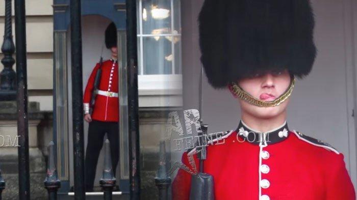 Sadar Dirinya Direkam Turis, Penjaga Kerajaan Inggris Ini Justru Pasang Ekspresi Kocak!