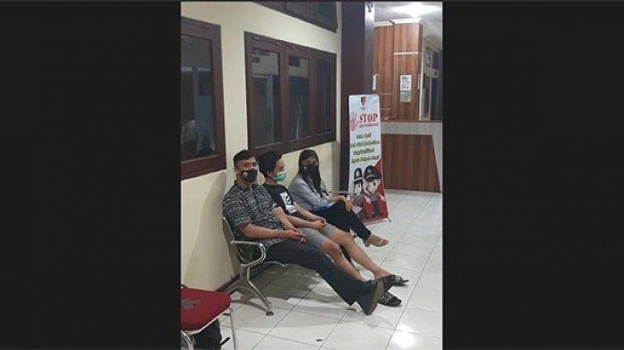 Seorang selebgram R diamankan karena laporan dari Klinik Bumame Farmasi yang dicatut namanya terkait dugaan penjualan surat hasil tes swab PCR palsu. R terlihat didampingi Kuasa Hukumnya, Benny saat proses pemeriksaan di Bali sebelum diterbangkan ke Jakarta oleh pihak Polda Metro Jaya.