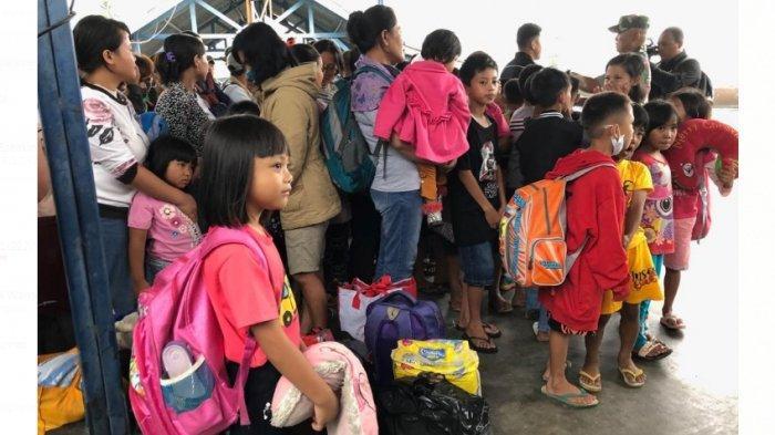 Para pengungsi Wamena di Jayapura yang akan kembali ke Wamena dengan pesawat Hercules, Rabu (9/10/2019). Para pengungsi terdapat anak-anak dan wanita dewasa.