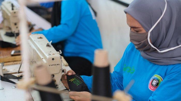 Grab Bersama Makassar Jeans House Berikan Pelatihan Membuat Masker bagi Para Istri Mitra Pengemudi