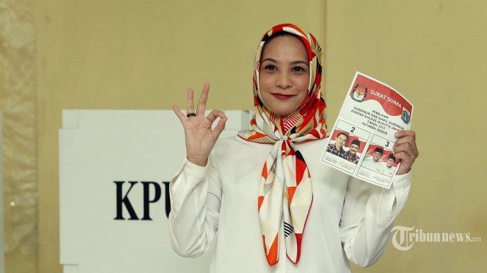 Politisi Rachel Maryam saat akan menyumbangkan suaranya pada Pilgub putaran kedua di TPS 18 Komplek DPR, Kalibata, Jakarta Selatan, Rabu (19/4/2017).