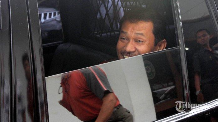 Terdakwa mantan Bupati Bogor, Rachmat Yasin kembali ke mobil tahanan seusai membacakan nota pembelaan dalam sidang lanjutan kasus suap tukar menukar kawasan hutan atas nama PT Bukit Jonggol Asri (BJA) di Pengadilan Tindak Pidana Korupsi (Tipikor) Bandung, Jalan RE Martadinata, Kota Bandung, Kamis (13/11/2014). Dalam nota pembelaannya yang dibacakan sendiri, Rachmat Yasin meminta keringanan hukuman dari tuntutan yang disampaikan jaksa penuntut umum (JPU) dari KPK dalam sidang sebelumnya. TRIBUN JABAR/GANI KURNIAWAN