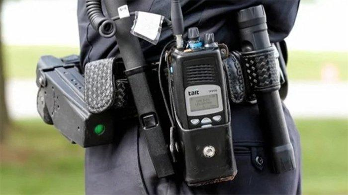 Polisi Jepang yang diperlengkapi dengan radio kontrol untuk komunikasi internal polisi.