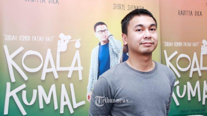 Pemain film Raditya Dika saat menghadiri acara syukuran film 'Koala Kumal' di kawasan Ampera, Jakarta Selatan, Rabu (30/3/2016). Raditya Dika memerankan tokoh Dika seorang cowok yang baru saja batal menikah dengan Andre yang diperankan oleh Acha Septriasa karena diselingkuhi. Tribunnews/Jeprima