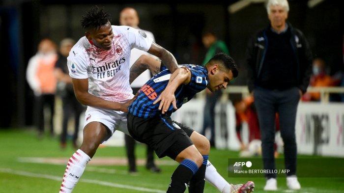 Penyerang Portugal AC Milan Rafael Leao (kiri) dan bek Argentina Atalanta Cristian Romero mengejar bola selama pertandingan sepak bola Serie A Italia Atalanta Bergamo vs AC Milan pada 23 Mei 2021 di stadion Atleti Azzurri d'Italia di Bergamo.