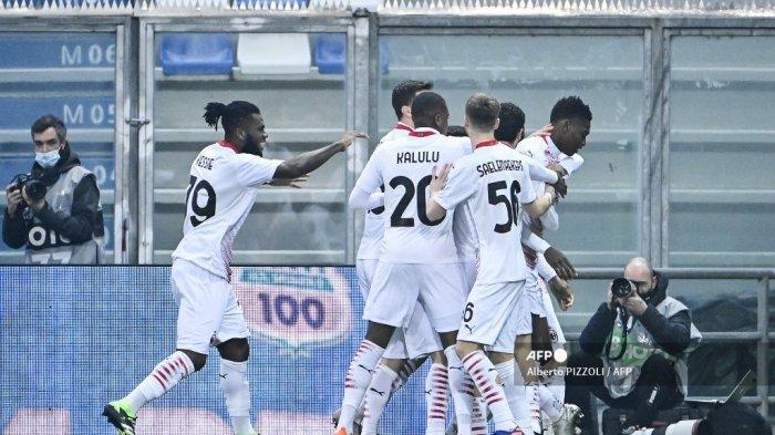 Penyerang Portugal AC Milan Rafael Leao (kanan) melakukan selebrasi setelah membuka skor pada pertandingan sepak bola Serie A Italia Sassuolo vs AC Milan pada 20 Desember 2020 di stadion Mapei di Sassuolo. Alberto PIZZOLI / AFP