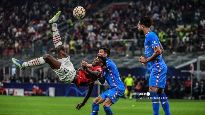 Pemain depan AC Milan asal Portugal Rafael Leao melakukan tendangan overhead selama pertandingan sepak bola Grup B Liga Champions UEFA antara AC Milan dan Atletico Madrid pada 28 September 2021 di stadion San Siro di Milan.
