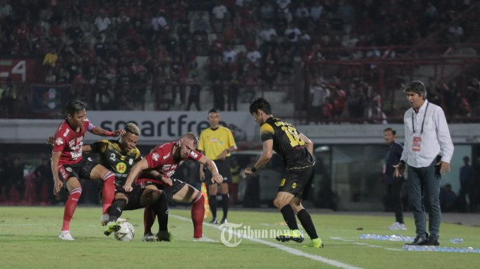 Pemain Barito Putra, Rafael Silva diapit dua pemain Bali United dalam pertandingan Liga 1 pekan ke-25 di Stadion I Wayan Dipta, Gianyar, Minggu (27/10). Bali United menang 3-2. (Tribun Bali/Rizal Fanany)