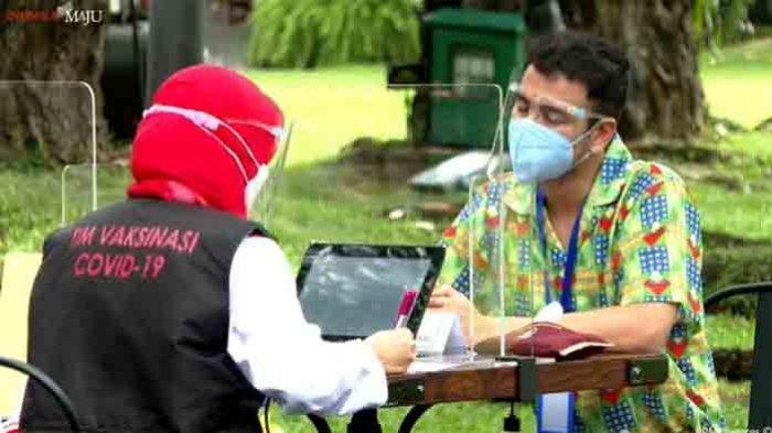 Presenter kondang, Raffi Ahmad baru saja menjalani vaksin kedua Covid-19, vaksin dijalani Raffi di halaman Istana Kepresidenan