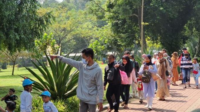 H+1 Idulfitri, Masyarakat Padati Taman Margasatwa Ragunan