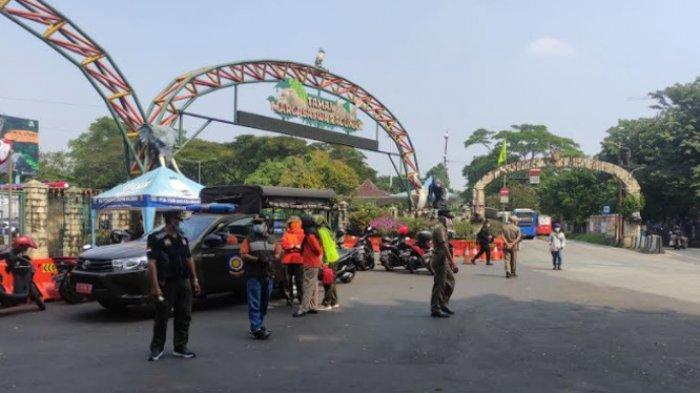 Harsono RM. Gerbang depan Ragunan juga terlihat ditutup pada Minggu (16/5/2021)