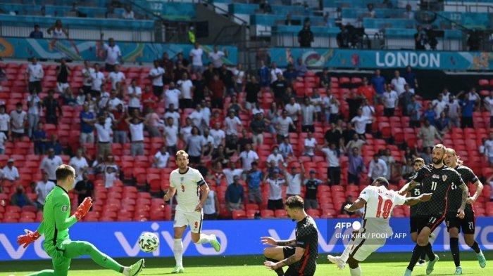 Pemain depan Inggris Raheem Sterling (kedua) mencetak gol pertama timnya selama pertandingan sepak bola Grup D UEFA EURO 2020 antara Inggris dan Kroasia di Stadion Wembley di London pada 13 Juni 2021.
