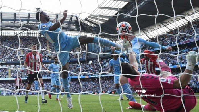 Gelandang Manchester City Inggris Raheem Sterling (kiri) mencetak gol yang dianulir dalam pertandingan sepak bola Liga Premier Inggris antara Manchester City dan Southampton di Stadion Etihad di Manchester, barat laut Inggris, pada 18 September 2021.