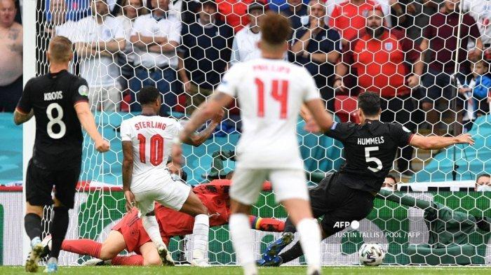 Pemain depan Inggris Raheem Sterling (ke-2-L) mencetak gol pertama selama pertandingan sepak bola babak 16 besar UEFA EURO 2020 antara Inggris dan Jerman di Stadion Wembley di London pada 29 Juni 2021. JUSTIN TALLIS / POOL / AFP