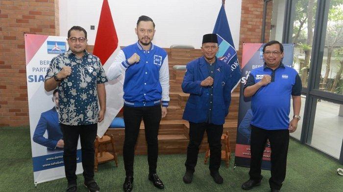 Rahmad Darmawan menerima Kartu Tanda Anggota (KTA) Partai Demokrat dari Ketua Umum Partai Demokrat Agus Harimurti Yudhyono (AHY)