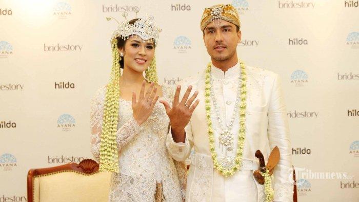 Pasangan selebritis Raisa Adriana dan Hamish Daud saat menggelar konferensi Pers seusai melangsungkan akad nikah di Ayana Mid Plaza Hotel, Jakarta Pusat, Minggu (3/9/2017). Acara keduanya digelar secara tertutup. Tribunnews/Jeprima