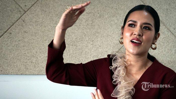 Penyanyi Raisa Andriana saat diwawancara secara khusus oleh Tribunnews di Menara Kompas, Palmerah, Jakarta Pusat, Selasa (26/11/2019) siang. Raisa baru saja merilis single terbarunya yang berjudul You dan berencana akan menggelar konser tunggal di Stadion Utama Gelora Bung Karno (SUGBK), Jakarta, pada Juni 2020 mendatang. Tribunnews/DH Sapto Nugroho