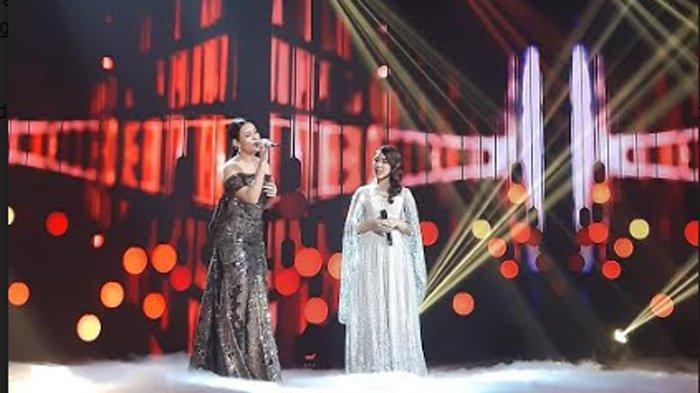 Tiara Anugerah berduet dengan Raisa Andriana di panggung spektakuler Indonesian Idol Season X di Studio RCTI Kebon Jeruk, Jakarta Barat Senin (9/3/2020).