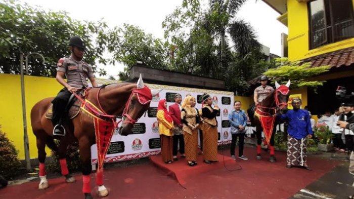 Puluhan orang dengan mengenakan busana adat Jawa pada Minggu (2/2/2020) mendeklarasikan 'Negara Kesotoan Nusantara' di Jalan Lebak Bulus Raya Nomor 2, Cilandak, Jakarta Selatan.
