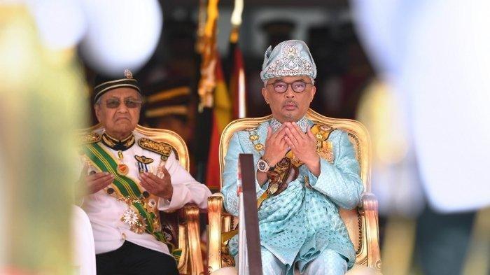 Raja Al-Sultan Abdullah Ri'ayatuddin Al-Mustafa Billah Shah Ibni Sultan Ahmad Shah Al-Musta'in Billah (kanan) menyetujui pengunduran diri PM Malaysia, Mahathir Mohamad (kiri).