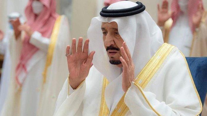 Raja Salman menunaikan salat Ied, Kamis (13/5/2021).