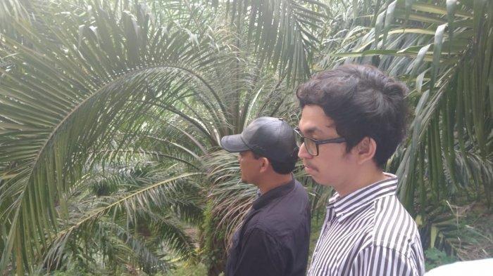 Rajif Fandi Jamal, anak kedua Hakim Jamaluddin, sambangi lokasi rekonstruksi tempat penemuan jasad ayahnya di Dusun II, Desa Suka Damai, Kecamatan Kutalimbaru Kabupaten Deliserdang, Kamis (16/1/2020).