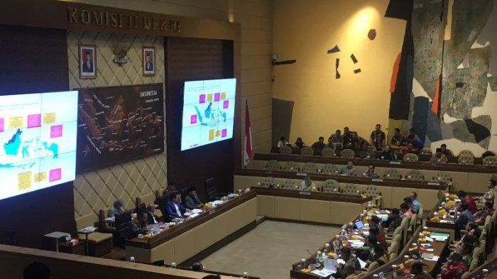 Rapat dengar pendapat antara Komisi II DPR RI dan Mendagri Tito Karnavian di Kompleks Parlemen Senayan, Jakarta Pusat, Kamis (27/11/2019).