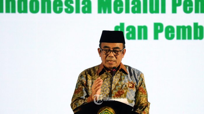 Menteri Agama Fachrul Razi (tengah) memutuskan untuk membatalkan keberangkatan calon jemaah haji 1441 H/2020 demi keselamatan terkait adanya pandemi Covid-19.