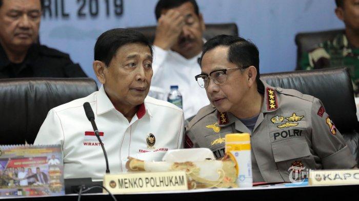Menko Polhukam, Wiranto (kiri) bersama Kapolri, Jenderal Pol Tito Karnavian (kanan) serta pejabat lainnya mengikuti rapat koordinasi kesiapan akhir pengamanan tahapan pemungutan dan penghitungan suara Pileg dan Pilpres Tahun 2019 di Jakarta, Senin (15/4/2019). Rapat tersebut untuk memastikan seluruh penegak hukum dan penyelenggara serta pengawas Pemilu 2019 semakin solid untuk mensukseskan Pilpres dan Pileg 17 April 2019 nanti. Tribunnews/Irwan Rismawan
