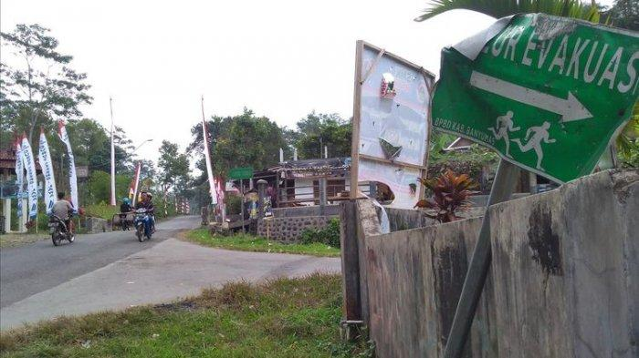 Rambu jalur evakuasi erupsi Gunung Slamet di Desa Gandatapa, Kecamatan Sumbang, Kabupaten Banyumas, Jawa Tengah, rusak.(