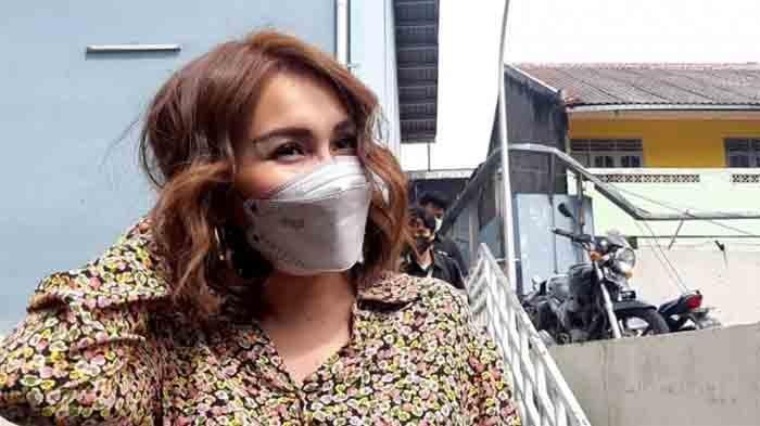 Ayu Ting Ting saat ditemui di kawasan Jl. Kapten Tendean Jakarta Selatan, Senin (8/2/2021). Ayu Ting Ting tampil dengan model rambut baru. Tak ada lagi rambut panjangnya, kini rambut Ayu Ting Ting lebih pendek dan agak bergelombang.