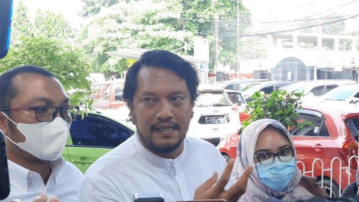 Kuasa hukum Vicky Prasetyo (tengah), Ramdan Alamsyah saat ditemui di Pengadilan Negeri Jakarta Selatan, Kamis (9/9/2021).