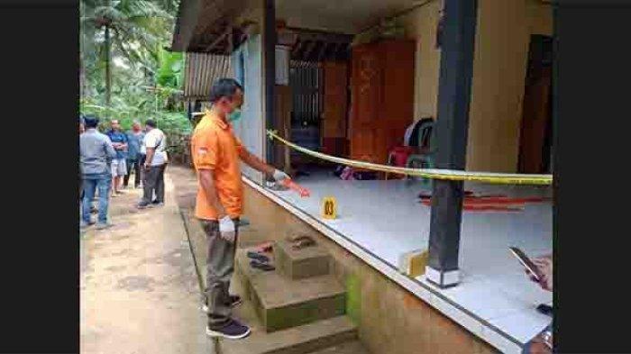 Polisi saat melakukan olah TKP di kediaman Kadek Ardiasih