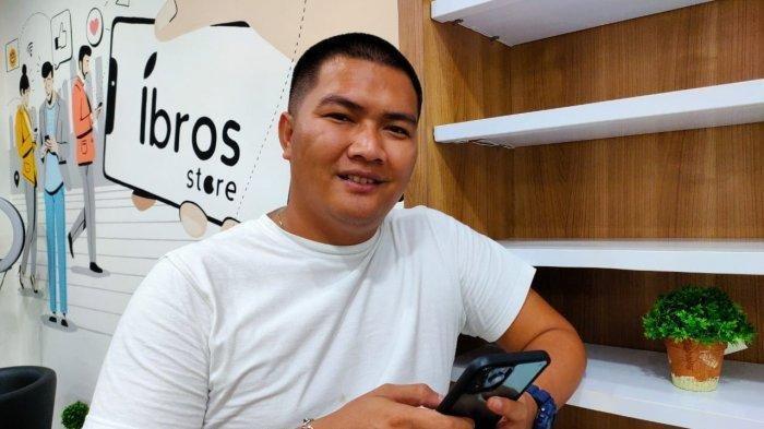 Randy Eka Permana Putra saat berada di gerai gawai miliknya, Ibros Store.