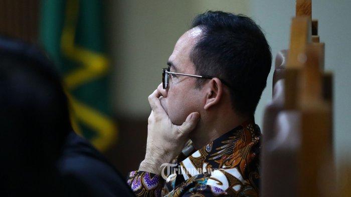 Terdakwa kasus tindak pidana pencucian uang (TPPU) dan korupsi alat kesehatan di Pemprov Banten dan Pemkot Tangerang Selatan, Tubagus Chaeri Wardana alias Wawan mendengarkan keterangan saksi saat menjalani sidang lanjutan di Pengadilan Tipikor, Jakarta, Senin (24/2/2020). Sidang lanjutan Tubagus Chaeri Wardana tersebut beragendakan mendengarkan keterangan saksi yang salah satunya Mantan Wakil Gubernur Banten Rano Karno yang dihadirkan jaksa penuntut umum KPK. TRIBUNNEWS/IRWAN RISMAWAN