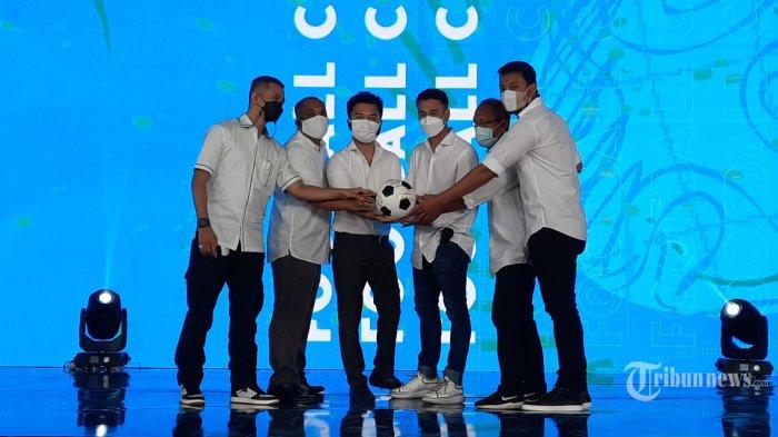 Rafi Ahmad (tengah), menerima Jersey dari Bambang Nurdiansyah (kiri), disaksikan Presiden Direktur Prestige Motorcars Rudy Salim (kanan) saat peluncuran logo Rans Cilegon United Football FC di Jakarta Utara, Rabu (31/3/2021).Rans Entertainment bersama Prestige Motors mengakuisisi klub sepak bola Cilegon United FC. Tim ini juga akan dikembangkan menjadi sebuah Akademi Sekolah Sepak Bola (SBB)Harapan.  (Warta Kota/Angga Bhagya Nugraha)