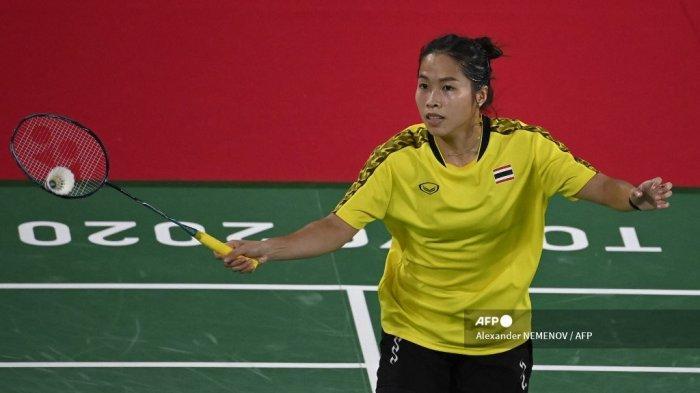 Ratchanok Intanon dari Thailand melakukan pukulan ke Soniia Cheah Malaysia dalam pertandingan penyisihan grup bulu tangkis tunggal putri selama Olimpiade Tokyo 2020 di Musashino Forest Sports Plaza di Tokyo pada 28 Juli 2021.