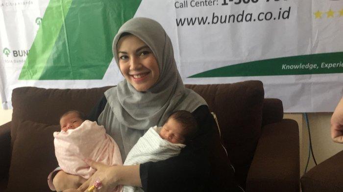 Ratna Galih dan dua bayi kembarnya saat menggelar konferensi pers kelahiran anak kembarnya di RSIA Bunda, Menteng, Jakarta Pusat, Senin (8/7/2019).