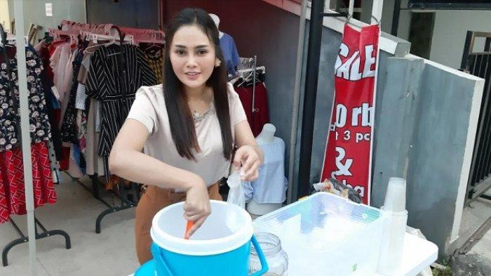 Tak Lagi Peroleh Nafkah dari Suami, Istri Youtuber Maell Lee Jualan Es Kelapa Muda