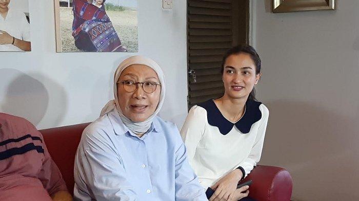 Ratna Sarumpaet bersama anaknya, Atiqah Hasiholan dalam jumpa pers di kediamannya, Jalan Kampung Melayu Kecil 5, Bukit Duri, Jakarta Selatan, Kamis (26/12/2019).