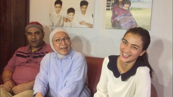 Tawa Ratna Sarumpaet dan Atiqah Hasiholan di kediaman Ratna di kawasan Tebet, Jakarta Selatan, Kamis (26/12/2019).