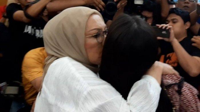 Terdakwa kasus dugaan berita bohong atau hoaks Ratna Sarumpaet memeluk anak-anaknya di Pengadilan Negeri Jakarta Selatan, Kamis (11/7/2019)