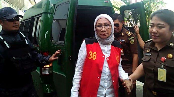Turun dari Mobil Tahanan Bersama Atiqah Hasiholan, Ratna Sarumpaet Siap Hadapi Sidang Pembuktian