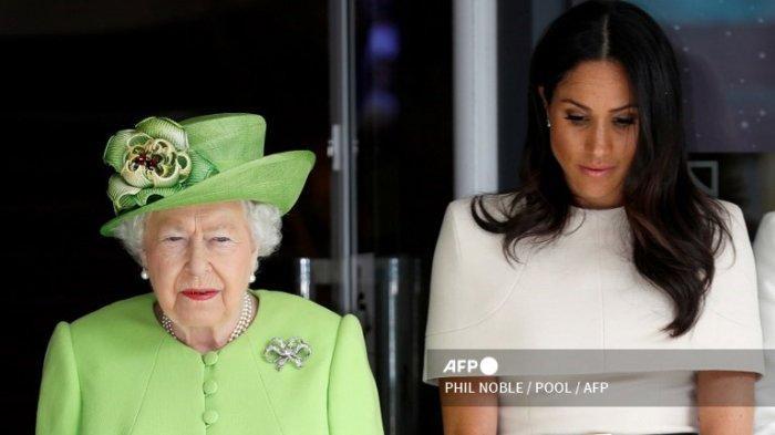 Ratu Inggris Elizabeth II dan Meghan Markle, Duchess of Sussex mengamati momen hening untuk mengenang para korban bencana kebakaran Menara Grenfell saat berkunjung ke Chester, Cheshire pada 14 Juni 2018.