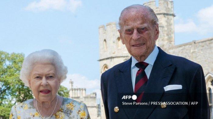 Sebuah foto selebaran yang dirilis pada 9 Juni 2020, untuk merayakan ulang tahun ke-99 Pangeran Philip pada 10 Juni, menunjukkan Ratu Inggris Elizabeth II dan suaminya Pangeran Philip dari Inggris, Duke of Edinburgh di Quadrangle di Kastil Windsor, sebelah barat London pada bulan Juni. 1, 2020
