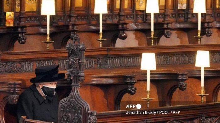 Ratu Elizabeth II duduk selama upacara pemakaman Pangeran Philip dari Inggris, Duke of Edinburgh di dalam Kapel St George di Kastil Windsor di Windsor, barat London, pada 17 April 2021. Philip, yang menikah dengan Ratu Elizabeth II selama 73 tahun, meninggal pada 9 April di usia 99 hanya beberapa minggu setelah dirawat selama sebulan di rumah sakit untuk perawatan penyakit jantung dan infeksi.